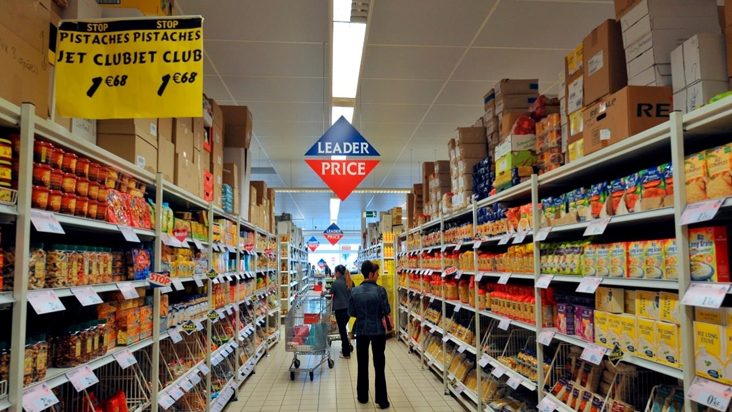 People in aisle shopping for groceries in Leader Price