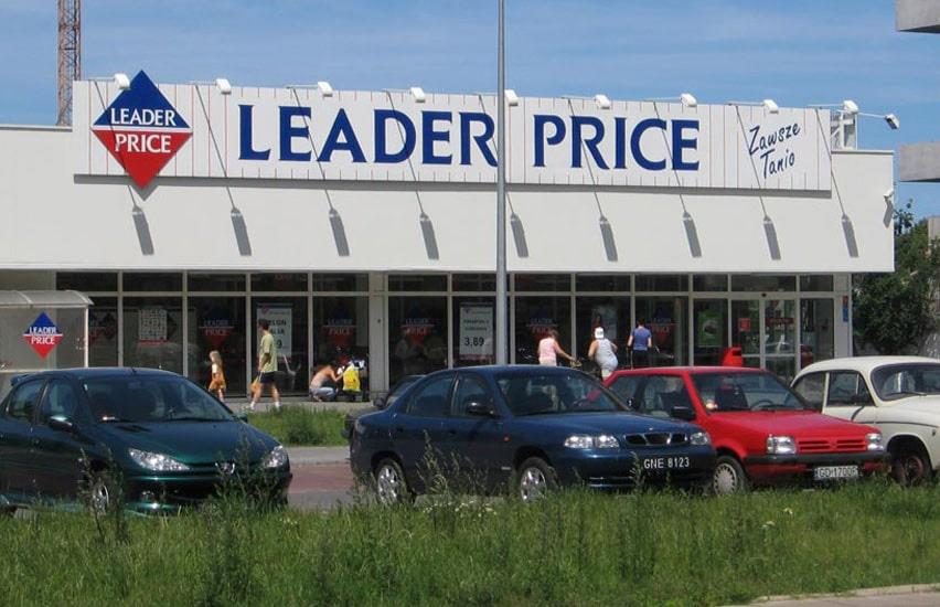 Leader Price cars and people in front of store