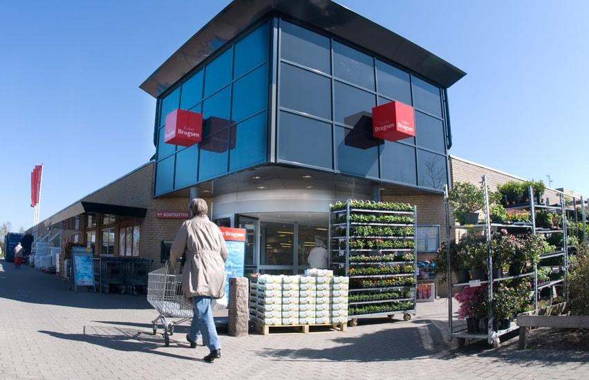 Superbrugsen Graasten customer entering supermarket