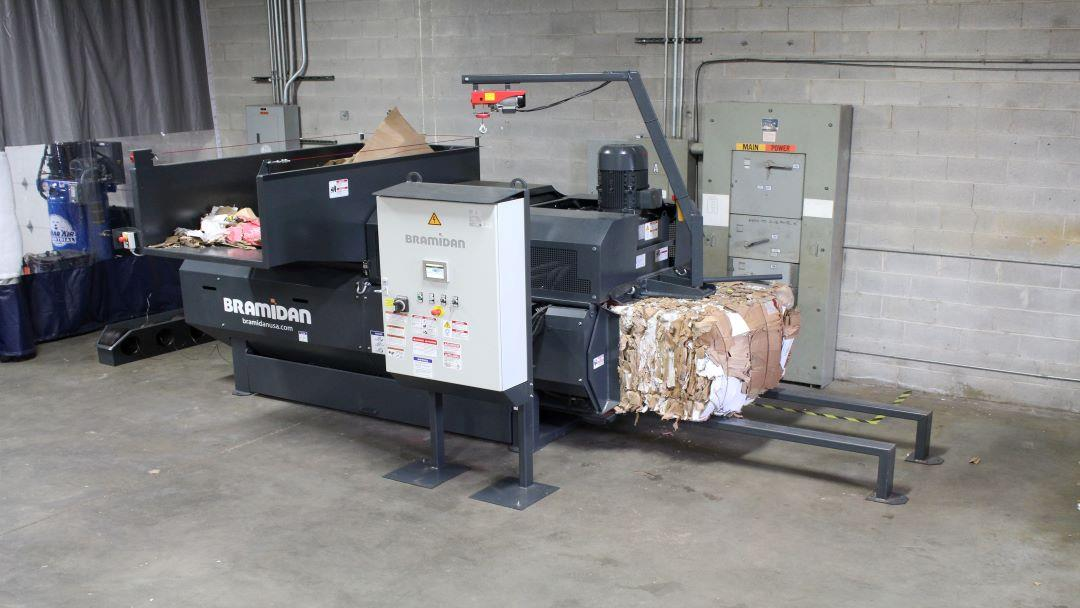 Horizontal baler CC - the bale ejection